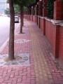 на всех тротуарах есть спец-полоска выпуклой брущатки для слепых (здесь желтая)