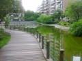 пруд в центре дворика с красными рыбками