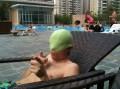 При входе всех обязывают при купании надевать плавательные шапочки