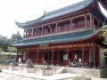 Главный дом охраняется драконами и павлинами