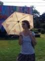 От солнца лучше прятаться под зонт, как делают местные