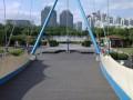 к музыкальному фонтану через мост